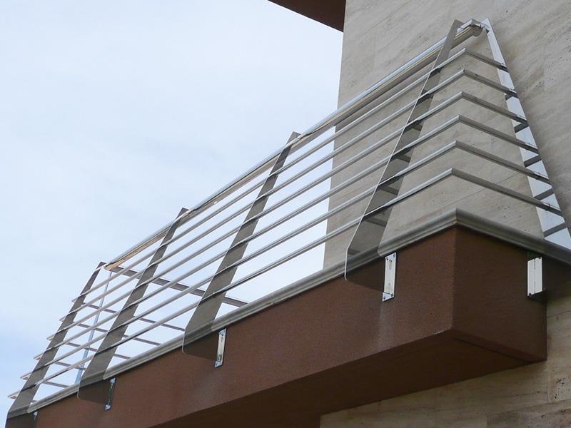 Barandilla de acero inoxidable de exterior en vivienda for Escalera exterior de acero galvanizado precio