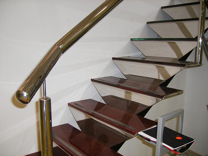 Detalle barandilla escalera de acero inoxidable