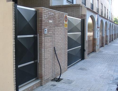 Puerta de acero inoxidable con laminas negras